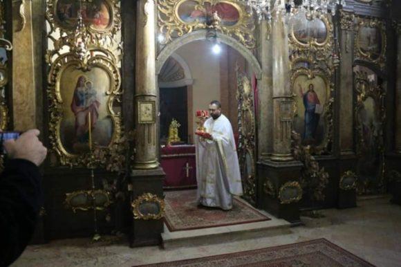 Nakon Božićne liturgije po tradiciji lomljena velika česnica