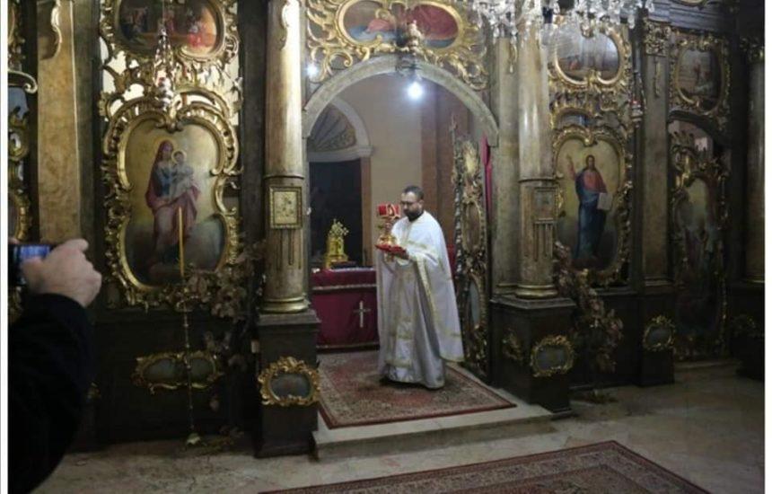 Након Божићне литургије по традицији ломљена велика чесница